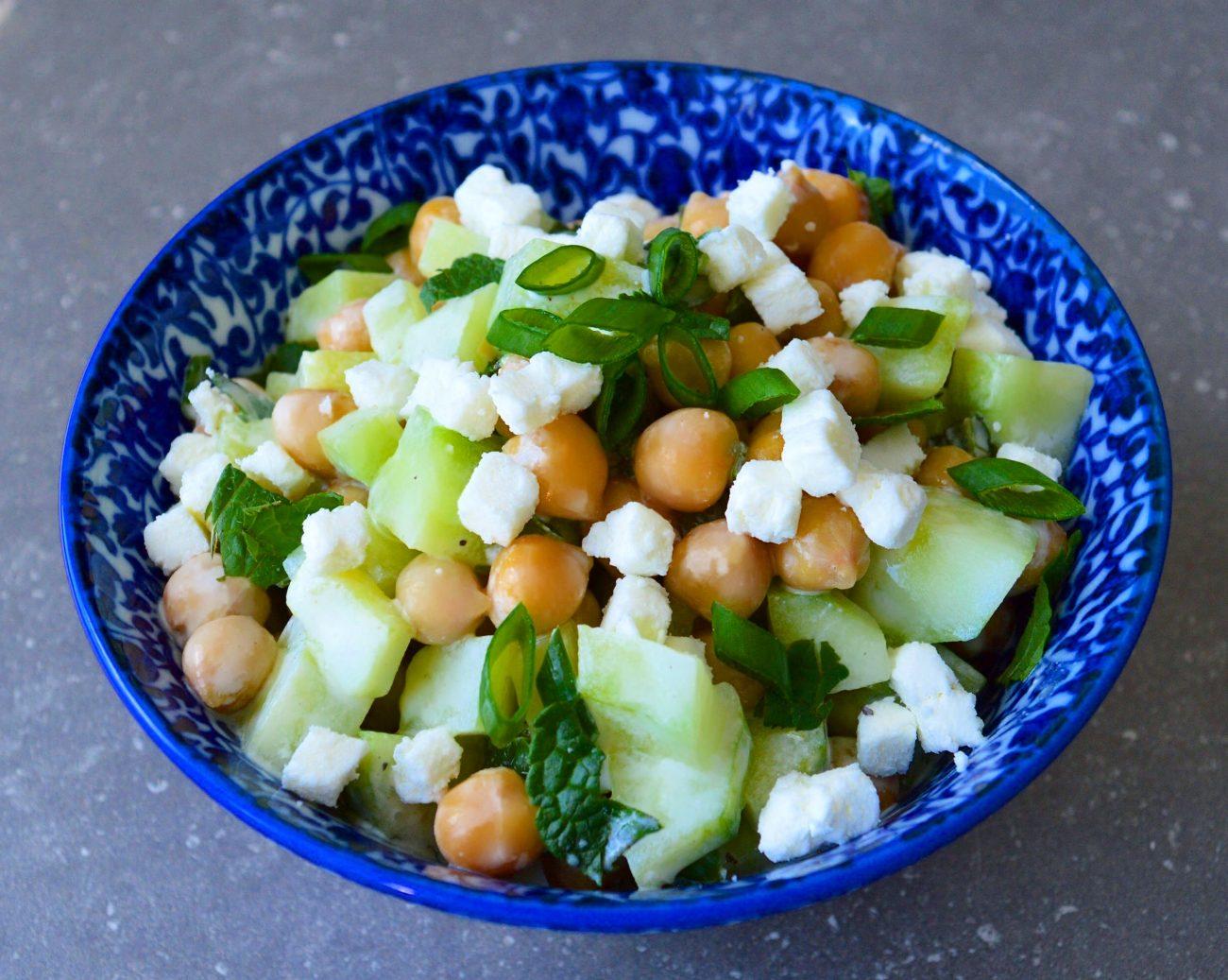Salade d'été concombres, lime et menthe